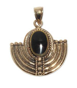 7080-1  Bronshänge Keltiskt  Med svart onyx sten.