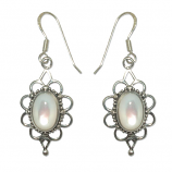 3435 -Silverörhängen med vit pärlemors sten.